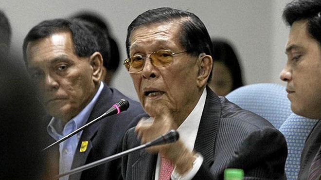 Chủ tịch Thượng viện Philippines Juan Ponce Enrile (giữa)