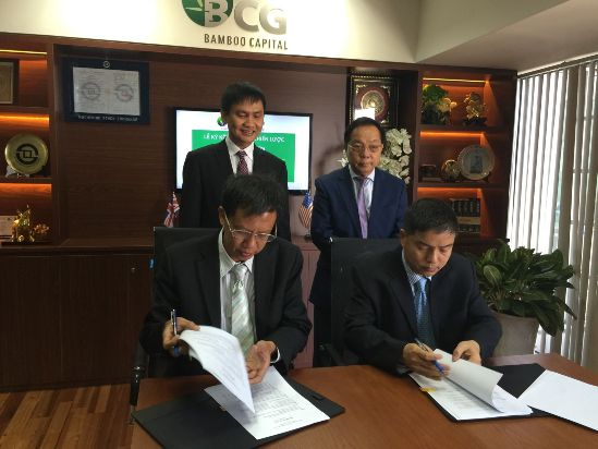 Sitting (left to right): Mr. Nguyen The Tai – Vice President cum General Director of BCG and Mr. Pham Duc Dung – President of 1-5 Auto at the signing ceremony